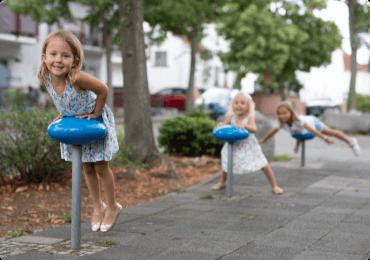 Crianças brincando na calçada